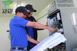 Empleados de Mantenimiento monitorea resultados