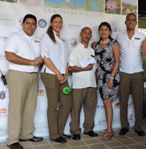 Mónica Lorenzo junto al equipo de Dreams La Romana, Ganadores del 1er lugar en Cartón.