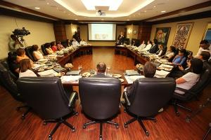 La presentación de la campaña institucional Ahorrar te abre puertas fue realizada en la Torre Popular, sede del Grupo Popular, durante un almuerzo con editores de medios de comunicación, directivos de la Liga Dominicana contra el Cáncer y ejecutivos del Banco Popular Dominicano.