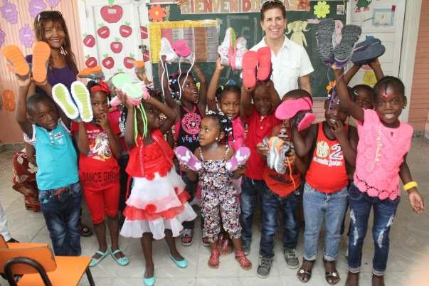 Estudiantes del programa de educación inicial comunitario reciben alegremente sus zapatos