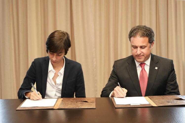 1-firma-de-acuerdo-apap-y-fundacion-maria-batlle