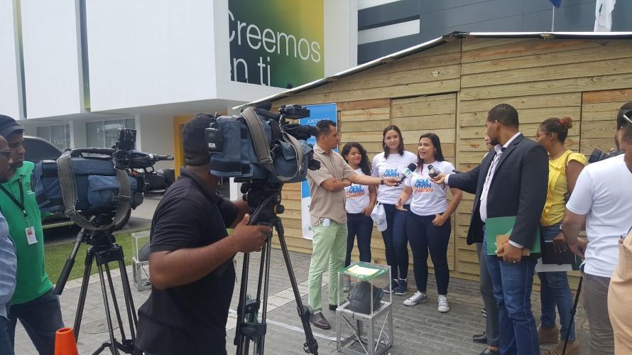 Foto 1 - La vicepresidenta de estrategia, Isleyda Peña y voluntarios del Banco Caribe